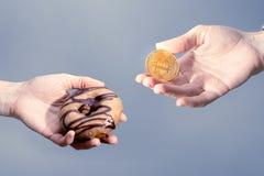 Ανταλλαγή αγοράς: αγορά των αγαθών με τα bitcoins στοκ φωτογραφίες