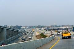 Ανταλλαγή αυτοκινητόδρομων στην περιοχή κόλπων του νότιου Σαν Φρανσίσκο  καπνός από τις πυρκαγιές παρούσες μέσα στοκ φωτογραφίες με δικαίωμα ελεύθερης χρήσης