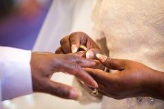 Ανταλλαγή δαχτυλιδιών για το μαύρο γάμο ζευγών στοκ φωτογραφίες