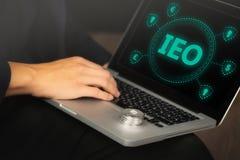 Ανταλλαγή που προσφέρει IEO γραφικό και τον επιχειρηματία στοκ φωτογραφία με δικαίωμα ελεύθερης χρήσης