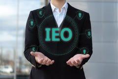Ανταλλαγή που προσφέρει IEO γραφικό και τον επιχειρηματία στοκ εικόνες