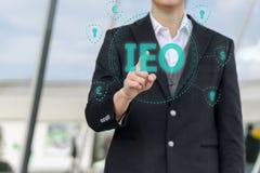 Ανταλλαγή που προσφέρει IEO γραφικό και τον επιχειρηματία στοκ εικόνες με δικαίωμα ελεύθερης χρήσης