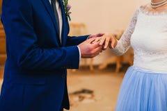 Ανταλλαγή της νύφης και του νεόνυμφου δαχτυλιδιών στη γαμήλια τελετή στοκ εικόνες