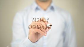 Ανταλλαγή χρημάτων, άτομο που γράφει στη διαφανή οθόνη στοκ φωτογραφία με δικαίωμα ελεύθερης χρήσης