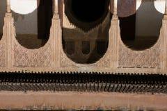 Αντανάκλαση αψίδων Arabesque στον καθρέφτη του νερού alhambra Γρανάδα Στοκ φωτογραφίες με δικαίωμα ελεύθερης χρήσης