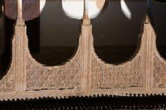 Αντανάκλαση αψίδων Arabesque στον καθρέφτη του νερού alhambra Γρανάδα Στοκ Φωτογραφίες