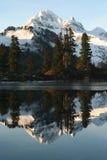αντανάκλαση βουνών χιονώδης Στοκ φωτογραφίες με δικαίωμα ελεύθερης χρήσης