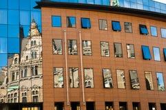 Αντανάκλαση ενός παλαιού κτηρίου στο νέο κτήριο γυαλιού Παλαιά αρχιτεκτονική εναντίον σύγχρονου που απεικονίζεται στο γυαλί Πόλη  Στοκ Εικόνες