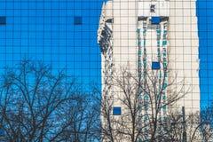 Αντανάκλαση ενός σοβιετικού κτηρίου σε Chisinau, Δημοκρατία της Μολδαβίας Στοκ εικόνα με δικαίωμα ελεύθερης χρήσης