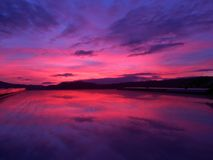 Αντανάκλαση ηλιοβασιλέματος, ουρανός ηλιοβασιλέματος, ρόδινος ουρανός, χρώματα ηλιοβασιλέματος, άποψη παραθύρων Στοκ Εικόνες