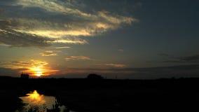 Αντανάκλαση ηλιοβασιλέματος πέρα από τον ποταμό στοκ εικόνα