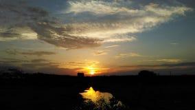Αντανάκλαση ηλιοβασιλέματος στον ποταμό στοκ εικόνα με δικαίωμα ελεύθερης χρήσης