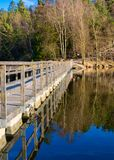 Αντανάκλαση μιας γέφυρας ποδιών όπως βλέπει στη λίμνη στο Γκέτεμπουργκ Σουηδία στοκ εικόνα