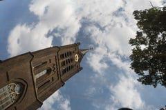 Αντανάκλαση μιας εκκλησίας στις Κάτω Χώρες στον καθρέφτη αυτοκινήτων Στοκ Φωτογραφίες