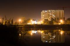 Αντανάκλαση μιας πόλης νύχτας στο νερό στοκ φωτογραφίες με δικαίωμα ελεύθερης χρήσης