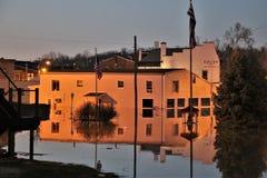 Αντανάκλαση οικοδόμησης στο ηλιοβασίλεμα στα νερά πλημμύρας στην αυγή, Ιντιάνα στο βράδυ στοκ φωτογραφία με δικαίωμα ελεύθερης χρήσης