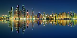 Αντανάκλαση πανοράματος νύχτας της μαρίνας του Ντουμπάι, Ντουμπάι, Ηνωμένα Αραβικά Εμιράτα στοκ εικόνα με δικαίωμα ελεύθερης χρήσης