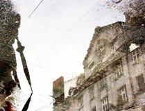 Αντανάκλαση πόλεων σε μια λακκούβα Στοκ Φωτογραφίες
