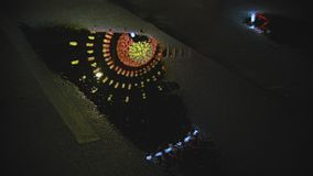 Αντανάκλαση ροδών ferris πάρκων της Luna στη λακκούβα στην άσφαλτο φιλμ μικρού μήκους