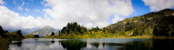Αντανάκλαση σε μια λίμνη στο βουνό στοκ εικόνες