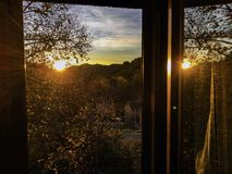 Αντανάκλαση στο ανοικτό παράθυρο στοκ φωτογραφία με δικαίωμα ελεύθερης χρήσης