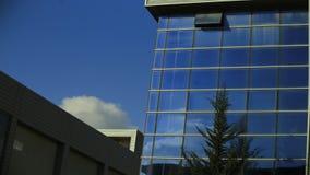 Αντανάκλαση σύννεφων σε ένα κτίριο γραφείων απόθεμα βίντεο