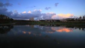 Αντανάκλαση σύννεφων στη λίμνη απόθεμα βίντεο