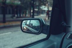 Αντανάκλαση της κυκλοφορίας πόλεων στο δευτερεύοντα καθρέφτη αυτοκινήτων Στοκ εικόνες με δικαίωμα ελεύθερης χρήσης