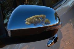 Αντανάκλαση του δέντρου στον καθρέφτη φτερών αυτοκινήτων στον αυστραλιανό εσωτερικό στοκ φωτογραφία με δικαίωμα ελεύθερης χρήσης