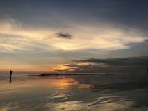 Αντανάκλαση του ηλιοβασιλέματος στην παραλία Μπαλί Kuta στοκ φωτογραφία