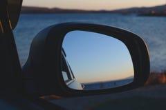 Αντανάκλαση του ηλιοβασιλέματος στη θάλασσα σε έναν καθρέφτη πλάγιας όψης αυτοκινήτων Στοκ φωτογραφία με δικαίωμα ελεύθερης χρήσης