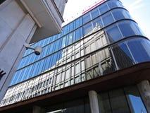 Αντανάκλαση του ιστορικού κτηρίου αρχιτεκτονικής στο σύγχρονο σύγχρονο κτήριο στοκ εικόνες με δικαίωμα ελεύθερης χρήσης