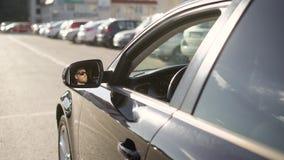 Αντανάκλαση του οδηγώντας αυτοκινήτου ατόμων φιλμ μικρού μήκους