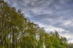 Αντανάκλαση του ουρανού και των δέντρων στο νερό Στοκ φωτογραφίες με δικαίωμα ελεύθερης χρήσης