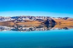 Αντανάκλαση του όμορφου βουνού το φθινόπωρο στο κρύσταλλο - καθαρίστε το κρύο νερό στη λίμνη Tolbo στοκ φωτογραφία με δικαίωμα ελεύθερης χρήσης