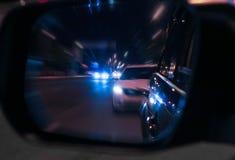 Αντανάκλαση των αυτοκινήτων στον οπισθοσκόπο καθρέφτη Στοκ Εικόνες