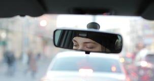 Αντανάκλαση των θηλυκών ματιών στον οπισθοσκόπο καθρέφτη αυτοκινήτων απόθεμα βίντεο