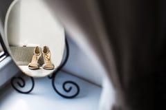 Αντανάκλαση των παπουτσιών ενός γάμου και του ασημένιου πορτοφολιού Στοκ φωτογραφίες με δικαίωμα ελεύθερης χρήσης