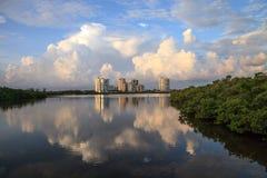 Αντανάκλαση των σύννεφων στο νερό στην ανατολή άνω του riverway ο Στοκ Εικόνες