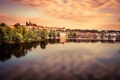 Αντανάκλαση των χρωματισμένων σύννεφων στον ποταμό στοκ φωτογραφία με δικαίωμα ελεύθερης χρήσης