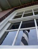 Αντανάκλαση φάρων σε ένα παράθυρο Στοκ Εικόνες