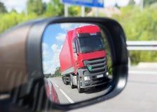 αντανάκλαση φορτηγών σε έναν καθρέφτη αυτοκινήτων Στοκ Εικόνες