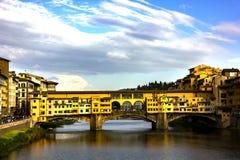 Αντανάκλαση Vecchio Ponte στον ποταμό Arno στοκ εικόνες