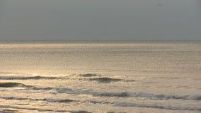 Αντανάκλαση ήλιων στα κύματα απόθεμα βίντεο
