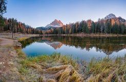 Αντανάκλαση αιχμών βουνών στη λίμνη Στοκ εικόνες με δικαίωμα ελεύθερης χρήσης