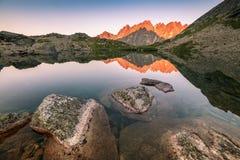 Αντανάκλαση αιχμών βουνών στη λίμνη Στοκ Εικόνα