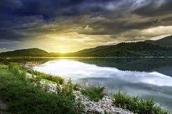 Αντανάκλαση αιχμών βουνών στο νερό μιας λίμνης στο θερινό τοπίο Στοκ Εικόνα