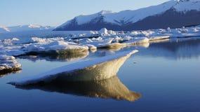Αντανάκλαση ανατολής στη λίμνη παγετώνων Jokulsarlon Στοκ Φωτογραφίες