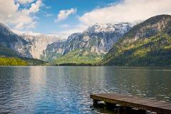 Αντανάκλαση βουνών στην αλπική λίμνη στο χωριό Hallstatt Στοκ Φωτογραφία