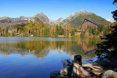 Αντανάκλαση βουνών στη λίμνη Στοκ εικόνα με δικαίωμα ελεύθερης χρήσης